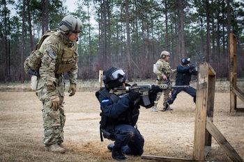 Boinas verdes observan a miembros de la unidad de élite Tigres en Honduras en entrenamiento de tiro
