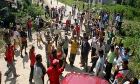 Peruvian coca growers protest against police