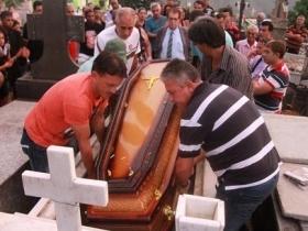 Mourners bury slain journalist Jose de Lemos