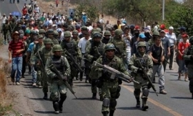 Residents and vigilantes flank soldiers in Michoacan