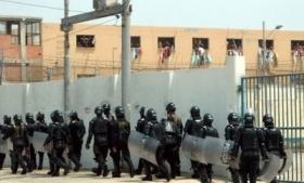 Police enter the Modelo prison in Barranquilla in 2012