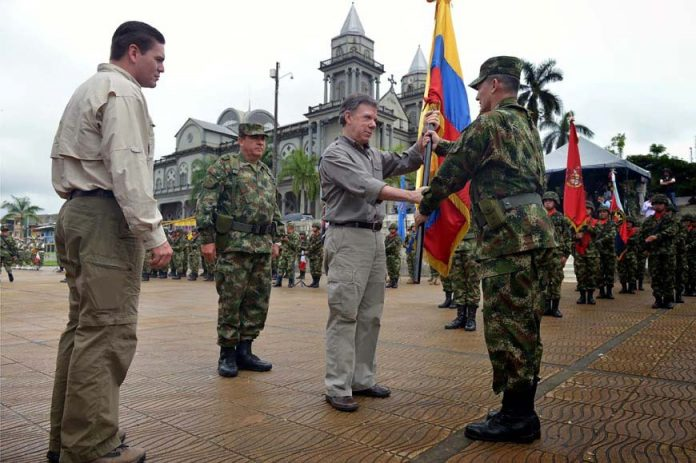 General Ruben Alzate received a flag from President Santos