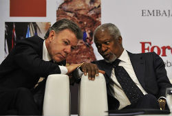 Colombian President Juan Manuel Santos (left) and former UN Secretary General Kofi Annan