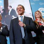 Presidential frontrunner Daniel Scioli (center)