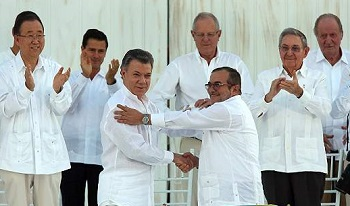 Colombian President Santos and FARC leader Timochenko shake hands at the peace ceremony