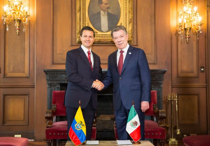 Mexican President Enrique Peña Nieto (left) and Colombian President Juan Manuel Santos (right)