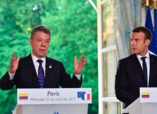 Colombian President Juan Manuel Santos and his French counterpart Emmanuel Macron during the bilateral meeting in Paris