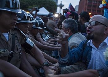 Manifestantes anticorrupción enfrentados con la policía en Ciudad de Guatemala