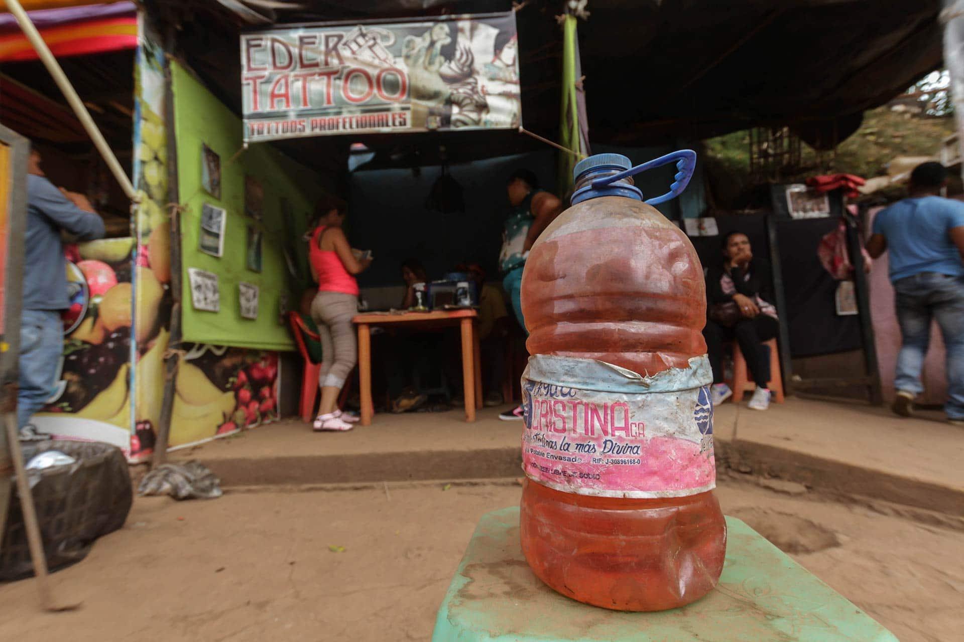 (Pequeños comerciantes venden gasolina en todas partes, desafiando el control militar sobre las ventas de combustible. Crédito: William Urdaneta, OCCRP)