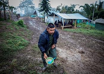 Excombatiente desmovilizado de las FARC en una zona de concentración de Tolima, Colombia