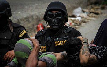 Un oficial de seguridad con una máscara de calavera durante una operación de la OLP