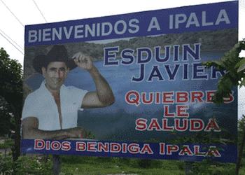 """Valla a la entrada de Ipala, Guatemala, en la que el alcalde Esduin Javier, también conocido como """"Tres Kiebres"""", da la bienvenida al municipio"""