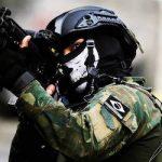 Soldado de Brasil en servicio cubierto con una máscara de calavera