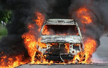 Vehículo de la policía incendiado por los presos