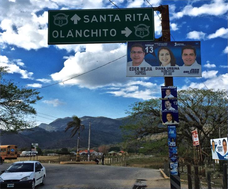 Carteles de campaña a las afueras de Yoro. Creditos: Steven Dudley