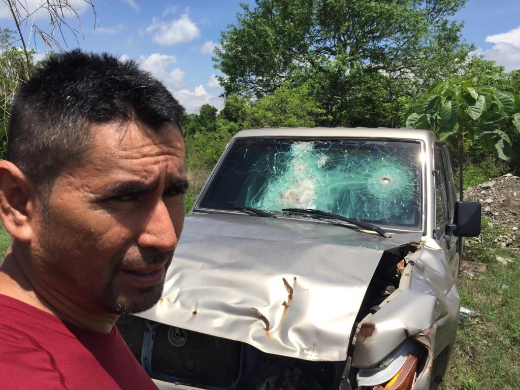 Esduin Javier frente al carro que le salvó la vida en su enfrentamiento con Los Zetas (Fotografía: Steven Dudley)