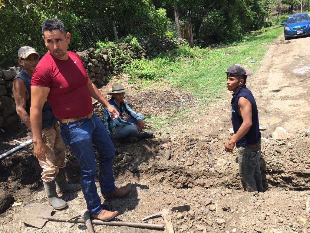 Esduin Javier con trabajadores locales (Fotografía: Steven Dudley)