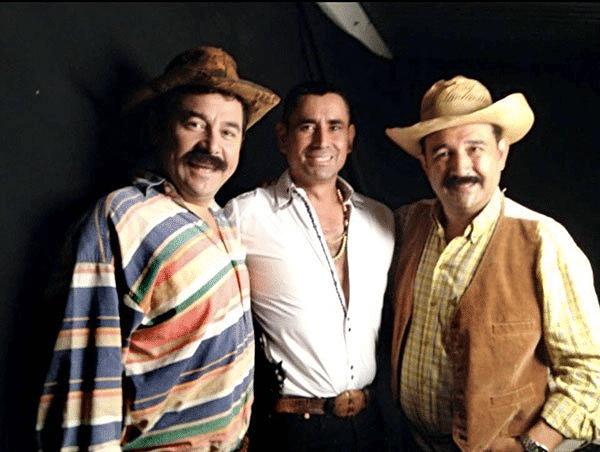 Esduin Javier con el excomediante Jimmy Morales, quien ahora es presidente del país, y su hermano menor (Fuente: desconocida)