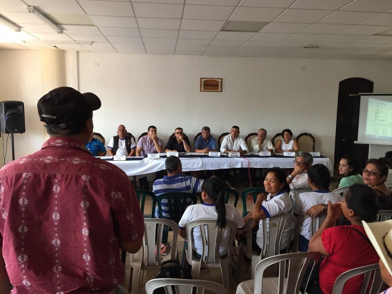Un habitante de Ipala dirige una pregunta al concejo municipal (Crédito: Steven Dudley)