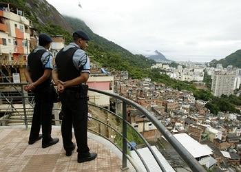 Agentes de la UPP en una favela de Rio