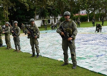 Agentes de organismos de seguridad colombianos junto a las 12 toneladas incautadas
