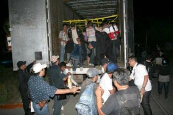 Migrantes indocumentados son desalojados de camión en México
