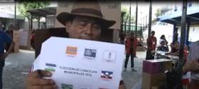 Hernández mostrando su tarjeta de votación. Crédito: Canal 29