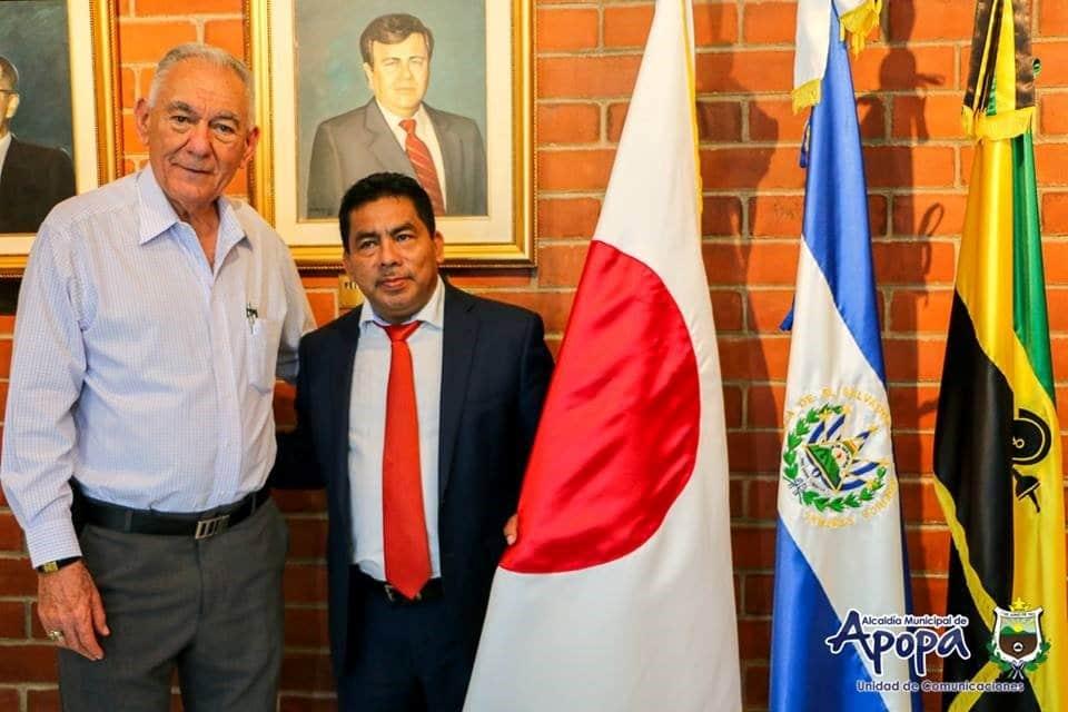 El alcalde Hernández (de cobarta) en la alcaldía municipal de Apopa. Foto tomada del sitio web de la municipalidad