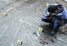 Investigador toma fotografías de una escena del crimen en Cali, Colombia