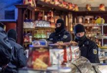 Policías enmascarados en una cafetería de Duisburg, Alemania occidental, el miércoles 5 de diciembre de 2018, mientras las autoridades realizan redadas de manera coordinada en Alemania, Italia, Bélgica y los Países Bajos, en una ofensiva contra la mafia italiana. (Christoph Reichwein/dpa via AP)
