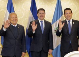 Presidente Salvador Sánchez Cerén, de El Salvador (izquierda), presidente Juan Orlando Hernández, de Honduras (centro), y presidente Jimmy Morales, de Guatemala (derecha)