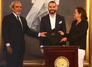 El Presidente Nayib Bukele (centro) y la canciller Alexandra Hill Tinoco, firmaron un acuerdo con el jefe de la misión técnica de la OEA, Luis Porto (izquierda)