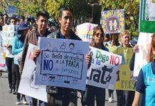 Manifestante protestan contra la trata de personas en Bolivia