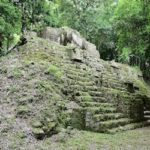 Ruinas de pequeña pirámide maya en Tikal, Guatemala