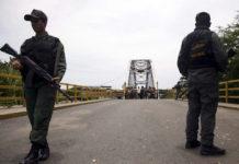 Agentes de la GNB vigilan el puente internacional La Unión, actualmente cerrado, en Boca de Grita, frontera con Colombia